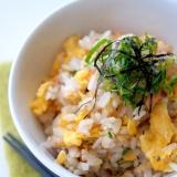 簡単・混ぜるだけ♪焼き鮭フレークの卵入り香味ごはん