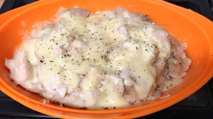 シリコンスチーマーで鶏胸肉の簡単蒸しオンチーズ