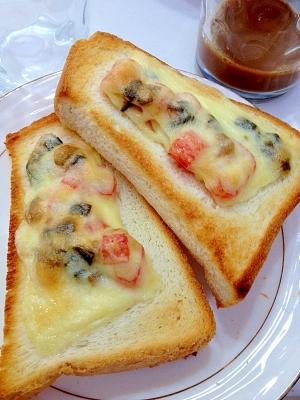 キューちゃんとカニカマのチーズトースト