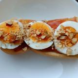 イチジクジャムとゆで卵とアーモンドのトースト