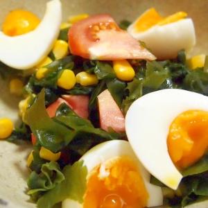 ゆで卵とわかめとコーンとトマトの彩りサラダ