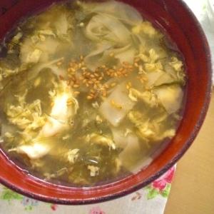 メカブとしゅうまいの皮の中華卵スープ