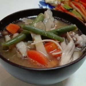 出汁パックで作る根菜、キノコの簡単具だくさん豚汁