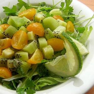 キウイ&黄色いミニトマトのサラダ♪(セロリの芽)