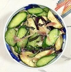 赤紫蘇を入れて、胡瓜、茄子、茗荷の浅漬け