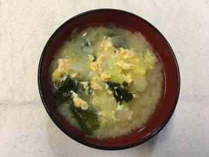 卵とワカメで旨味UP☆白菜と玉ねぎのお味噌汁