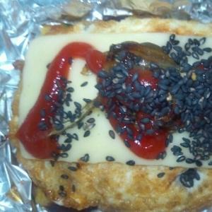 ワッフル(トマトジュース&サラミ)目玉焼き+チーズ