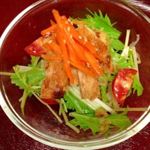 焼きお揚げ、にんじん、水菜の和風サラダ