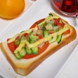 トマトときゅうりとパクチーソースのトースト