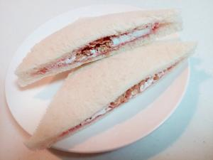 苺ジャム・ホイップ・玄米フレークのサンドイッチ