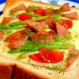チーズと野菜、ハムのトースト