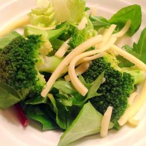 ブロッコリーとチーズ入りグリーンサラダ