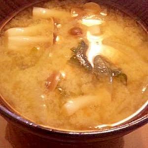 玉葱とワカメのお味噌汁