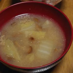 白菜となめこの味噌汁