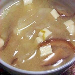 柚子を散らして モヤシと干ししいたけと豆腐の味噌汁