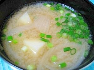 ジャガイモとタマネギの味噌汁