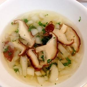 パセリをたっぷり入れて☆蕪と椎茸のコンソメスープ