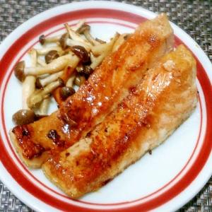 簡単おいしい! 秋鮭のバター醤油焼き、きのこ添え~