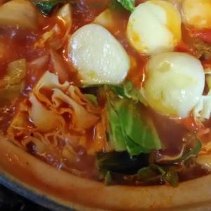 キャベツと鶏モモ肉で美味しいトマト鍋