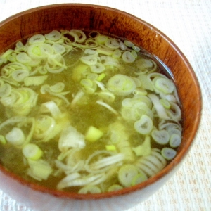 とろろ昆布入り中華風スープ