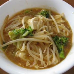 ブロッコリーともやしを加えた野菜たっぷりの麻婆豆腐