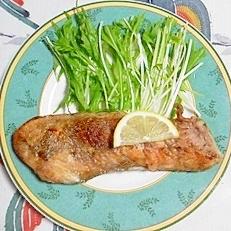 生秋鮭のソテーにレモンをかけて~♪