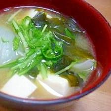 *今日のお味噌汁*水菜・新玉ねぎ・豆腐・わかめ