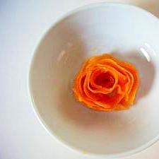 ピーラーで、にんじんサラダ(にんじんでバラの花)