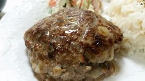 肉の旨味が際立つしいたけ入り大きいハンバーグ