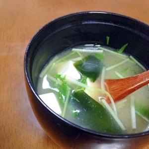 水菜とわかめと豆腐のお味噌汁