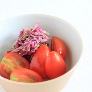 食用菊もってのほかとトマトの酢の物。