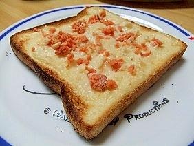 鮭フレークで♪ホワイトクリーム&鮭のトースト
