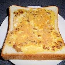 卵とそぼろのトースト