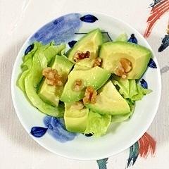 レタスとアボガドのサラダ