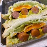アボカドとソーセージのサンドイッチ