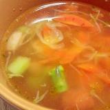 ニンジンとアスパラガスの彩りコンソメスープ