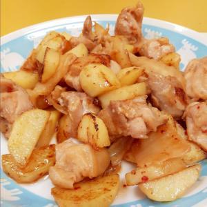 簡単!(^^)鶏もも肉とじゃがいものキムチ炒め♪