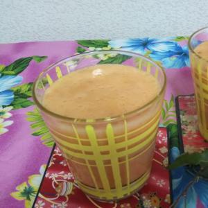 バナナとトマトとヨーグルトと野菜ジュースのドリンク