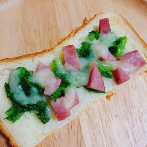 ロースハムとワサビ菜炒め乗せチーズトースト