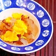 日本酒に、クラゲと菊花の酢の物