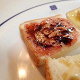苺ジャムとピーナツクリームのほろ甘ミニトースト