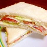 スモークサーモンと新玉ねぎとレタスのサンドイッチ