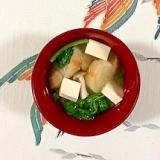 大根の葉・茎、塩とうふ、ブナシメジ、焼き麩の味噌汁