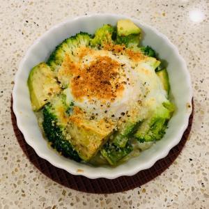 ブロッコリーとアボカドと半熟卵のホットサラダ