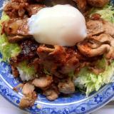 ピリ辛豚肉炒め温玉のせ丼