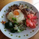 バジルドレッシングの野菜たっぷりロコモコ
