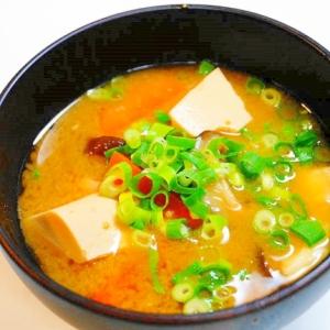 何故かクリーミー!椎茸と豆腐の人参の味噌汁