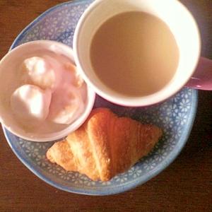 バナナヨーグルトとクロワッサンの朝プレート