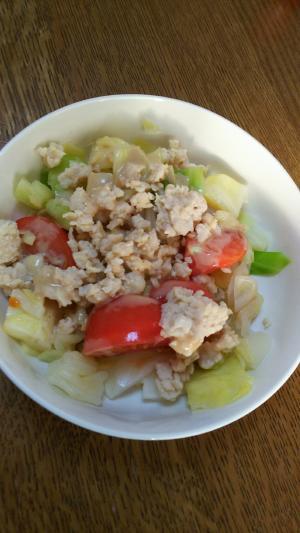 トマトとキャベツと鶏ミンチのサラダ