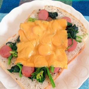 チーズでほうれん草とウインナーのトースト♡